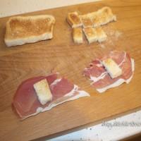 Envolvemos los trozos de pan con la mitad de una loncha de jamón