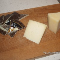 Quitamos todas las cortezas de la cuña de queso